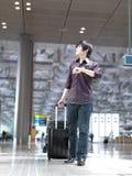 Type chinois asiatique contr?lant son programme de vol Photo libre de droits
