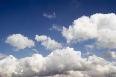 Type ciel nuageux de cumulus images stock