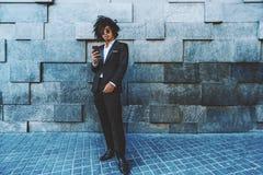 Type coréen avec le téléphone portable à côté du mur de texture Photos libres de droits