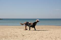 Type détendant dans une chaise sur la plage photo libre de droits