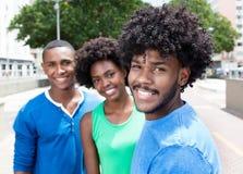 Type d'afro-américain avec deux amis dans la ville Photos stock
