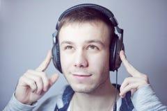Type dans des écouteurs Photo libre de droits