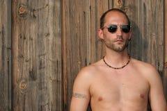 Type dans des lunettes de soleil Photographie stock libre de droits