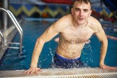 Type dans la piscine photos libres de droits