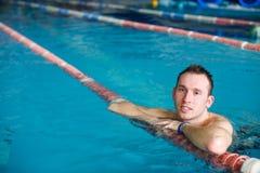 Type dans la piscine photographie stock