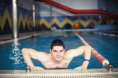 Type dans la piscine photo libre de droits