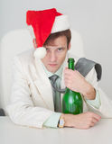 Type dans le capuchon de Noël avec une bouteille à disposition images libres de droits