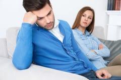 Type de attente de problèmes de famille de session de psychologie de jeunes couples regardant en bas d'intéressé photos stock