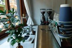 Type de caf? avec la broyeur de machine de caf? et de caf? photographie stock
