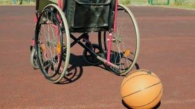 Type de fauteuil roulant avec une boule de panier sur une cour de volleyball de sports Photo stock