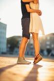 Type de jambes et la fille embrassant sur un fond de ville Photo stock