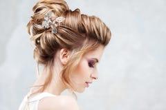 Type de mariage Belle jeune jeune mariée avec la coiffure de luxe de mariage photo libre de droits