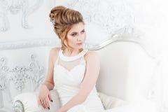 Type de mariage Belle jeune jeune mariée s'asseyant dans la chaise de luxe dans l'intérieur léger luxueux photographie stock libre de droits
