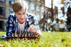 Type de sourire appréciant le jeu d'échecs dehors photo libre de droits