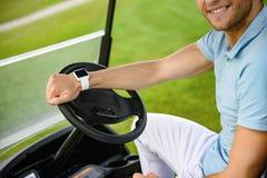 Type de sourire conduisant le chariot de golf photographie stock libre de droits