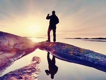 Type de touristes prenant des photos de paysage étonnant de mer sur l'appareil photo numérique de téléphone portable photos stock
