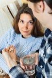 Type donnant des comprimés à l'amie souffrante Photos stock