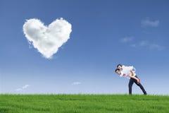Type donnant la conduite de ferroutage de fille sur Valentine Photos stock