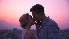 Type doucement et avec passion embrassant son amie, l'étreignant passionément, désir images libres de droits