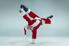 Type drôle dans le chapeau de Noël Vacances d'an neuf Noël, Noël, hiver, concept de cadeaux photo libre de droits