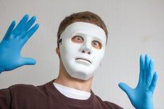 Type drôle et fou avec le masque blanc simple Photo libre de droits