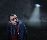 Type effrayé par l'UFO Images libres de droits