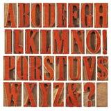 Type en bois alphabet souillé par le rouge photographie stock