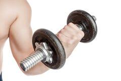 Type en bonne santé avec une haltère Faire le biceps Photo stock