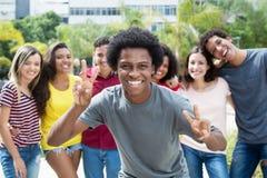 Type encourageant d'afro-américain avec le groupe de l'ami international photo libre de droits
