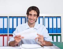 Type espagnol au bureau avec le courrier Photographie stock