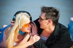 Type et fille dans des écouteurs Image stock