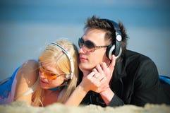 Type et fille dans des écouteurs Photos libres de droits