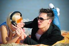 Type et fille dans des écouteurs Photo stock
