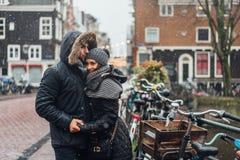 Type et fille dans la rue sous la pluie photographie stock