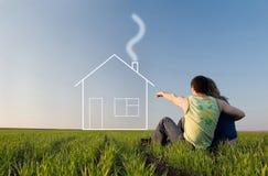 Type et fille dans le domaine et les rêves au sujet de la maison Image libre de droits