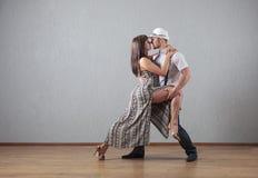 Type et fille dans le mouvement de danse Photos libres de droits