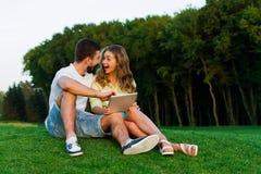 Type et fille de jeu jouant des jeux sur un comprimé Photo libre de droits