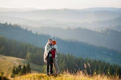 Type et fille heureux dans les montagnes pendant le matin Image libre de droits