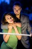 Type et fille jouant avec l'épée de foudre Photographie stock libre de droits