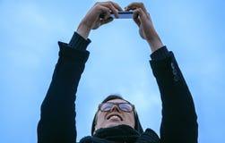 Type faisant le selfie sur le smartphone, extérieur Photographie stock libre de droits