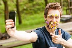 Type fleur-barbu de Hihipster se prenant un selfie Photographie stock