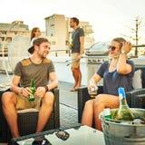 Type flirtant avec le firl attrayant dans un environnement social Photo stock