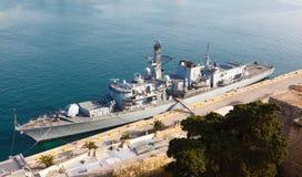 Type 23 frégate dans le port grand de Malte Photos libres de droits