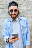Type frais à l'aide du smartphone dehors Photos libres de droits