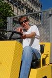 Type frais dans le véhicule jaune se dirigeant vers l'appareil-photo photos libres de droits