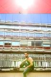 Type frais s'asseyant dehors dans la zone urbaine Photographie stock
