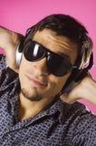Type génial avec des lunettes de soleil Images stock