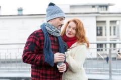 Type gêné avec la tasse de café à disposition Rassemblement de couples âgé par bonbon sur la rue Type heureux de femme au sujet d image libre de droits