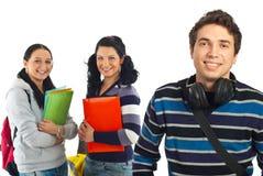 Type gai d'étudiant et ses collègues Image stock