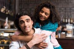 Type gai et fille caressant dans le cafétéria Images libres de droits